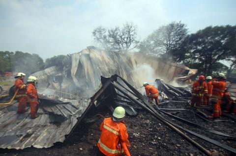 Petugas Padamkan Kebakaran Gudang Plastik di Jakbar