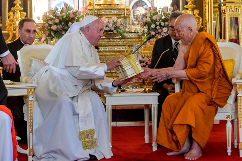 Paus Kunjungi Kuil Buddha Thailand