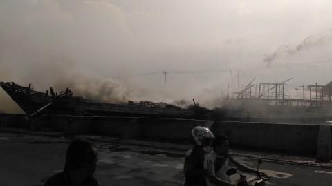 Kapal Hangus Terbakar di Pelabuhan Tanjung Emas