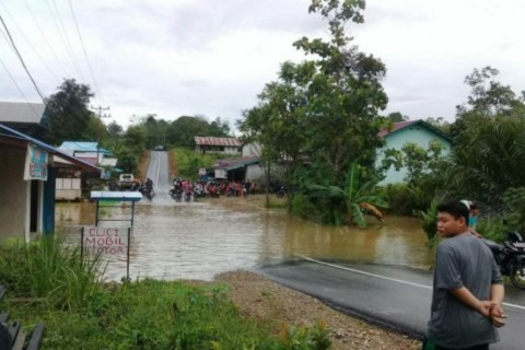 Ruas Jalan Pontianak-Putussibau Terputus Akibat Banjir
