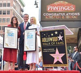 Kristen Bell dan Idina Menzel Raih Hollywood Walk of Fame