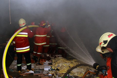 Petugas Damkar Berjibaku Padamkan Kebakaran Toko Kertas di Ciputat