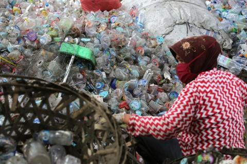 Pemerintah Reekspor 883 Kontainer Sampah Plastik