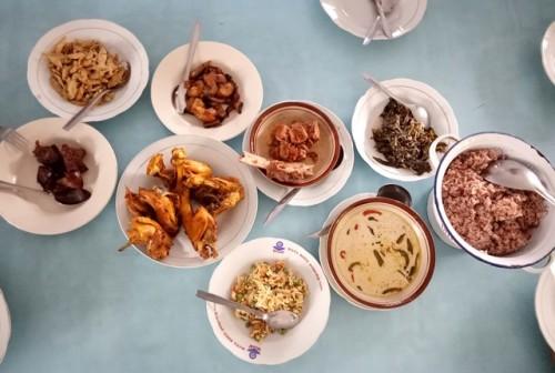 Warung makan Nasi Merah Pari Gogo sajikan gudeg daun pepaya, brongkos, ayam kampung, sayur lombok ijo, dan lainnya. (Foto: Dok. Arthurio Oktavianus)