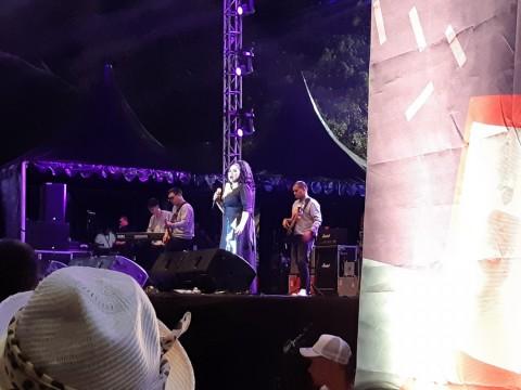 Vina Panduwinata Bernostalgia sampai Serak di The 90's Festival