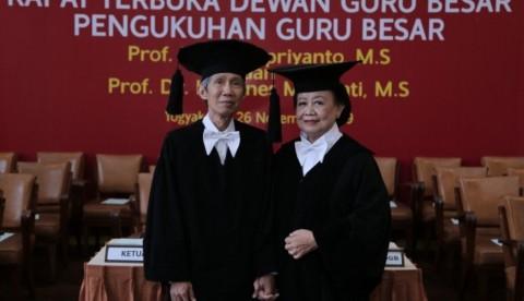 Suami Istri Jadi Profesor di Hari Ulang Tahun Pernikahan