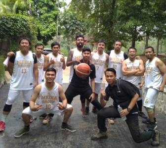 Tim Bola Basket Media Group Kalahkan Kompas Gramedia