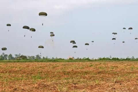 Panglima TNI-Kapolri Tinjau Penerjunan Prajurit di Timika