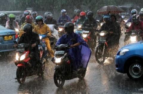 Pilih-Pilih Jas Hujan yang Aman untuk Berkendara