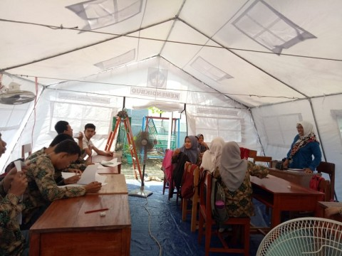 Puluhan Siswa Sekolah Khusus Ujian di Tenda