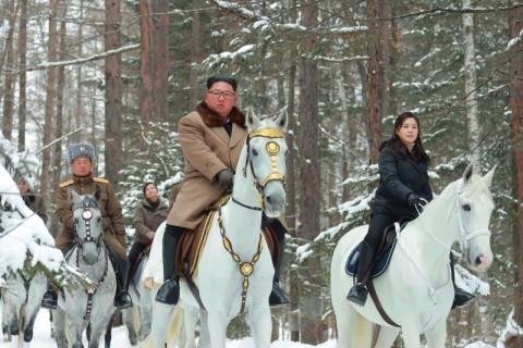 Di Atas Kuda, Kim Jong-un Terjang Salju di Pegunungan