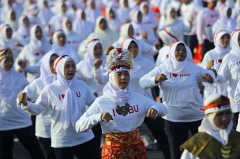 Ribuan Perempuan Menari Sajojo di Suramadu