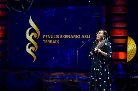Gina S. Noer Sabet 2 Piala Penulis Skenario Terbaik FFI 2019