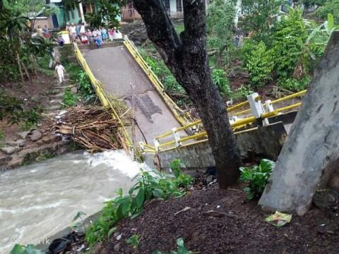 Jembatan Penghubung di Empat Lawang Ambruk Akibat Banjir