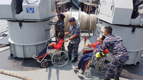 Kebahagiaan Siswa SLB saat Diajak Naik KRI Teluk Cirebon