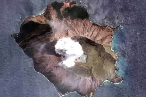 Potret Gunung Berapi White Island Dilihat dari Satelit