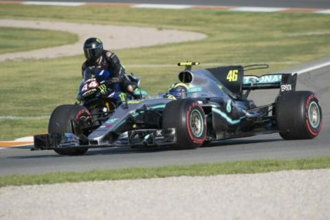 Ketika Valentino Rossi dan Lewis Hamilton Bertukar Kendaraan