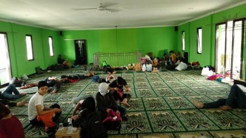 Warga Gusuran Lahan Tamansari Bertahan di Masjid