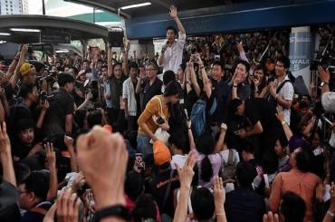 Ribuan Orang Kecam Pembubaran Partai Oposisi Thailand