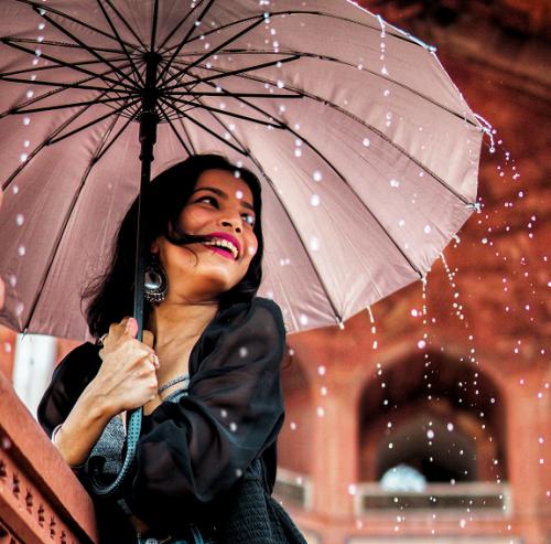 Kamu tetap bisa tampil chic di musim hujan tanpa usaha yang berlebihan kok. (Foto: Ilustrasi. Dok. Pexels.com)
