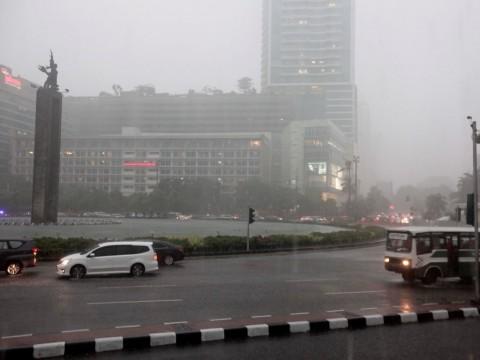 Hujan Deras Guyur Jakarta Siang Hari