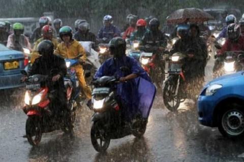 Apparel Wajib Bikers di Musim Penghujan