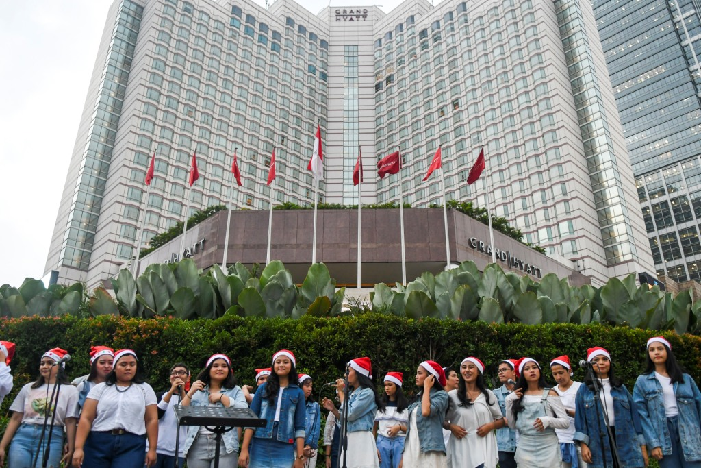 Kelompok paduan suara lagu natal atau Christmas Carol tampil di jalur pedestrian kawasan Bunderan Hotel Indonesia, Jakarta, Rabu, 18 Desember 2019. Foto: Antara/Galih Pradipta