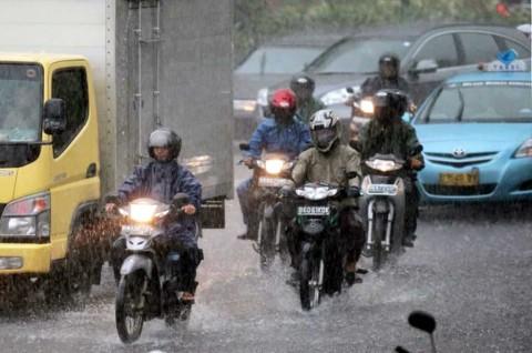 Pakai Rem Depan saat Hujan, Benarkah Berisiko Bikin Selip Ban?