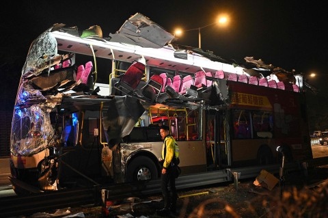 Bus Tingkat Tabrak Pohon, Enam Penumpang Tewas