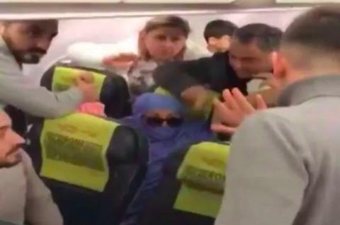 Mengaku Teroris, Seorang Perempuan Ancam Ledakkan Pesawat