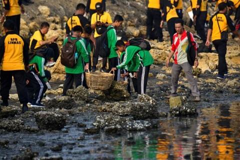 9,5 Ton Sampah Diangkut dari Pantai Utara Surabaya