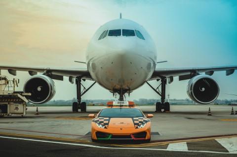 Lamborghini Jadi Pemandu Pesawat di Bandara