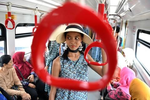 Sambut Hari Ibu, Model Peragaan Busana di LRT