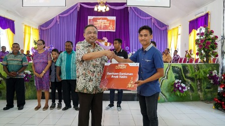 Pelindo III-Waskita Karya Bagikan Ribuan Injil di Kupang