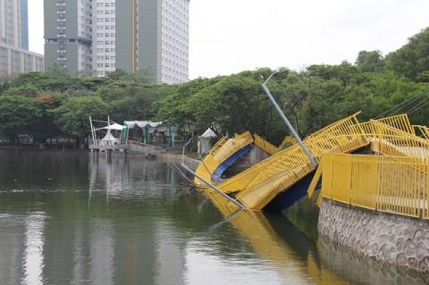Jembatan Utan Kemayoran Ambruk