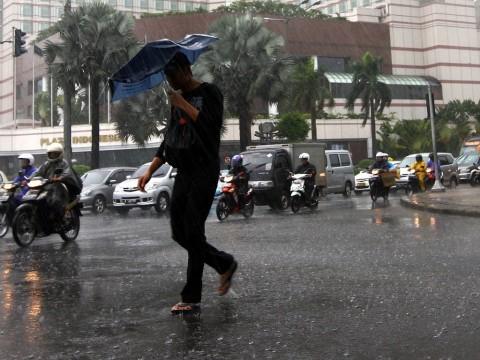 Siang Hari Jakarta Diguyur Hujan