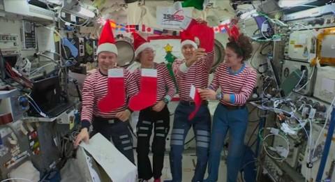 Astronot Kirim Pesan Natal dari Luar Angkasa