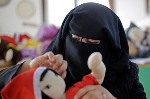 Saat Perempuan Berniqab di Gaza Membuat Boneka Santa