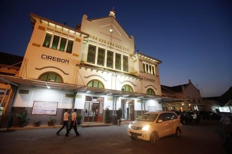Sambaran Petir Hambat Perjalanan Kereta di Cirebon