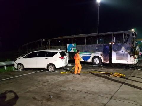 2 Bus Terbakar Akibat Kecelakaan Beruntun di GT Kalikangkung