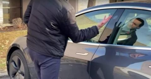Biar Tak Ketinggalan, Pria Ini Implan Kunci Mobil di Tangan