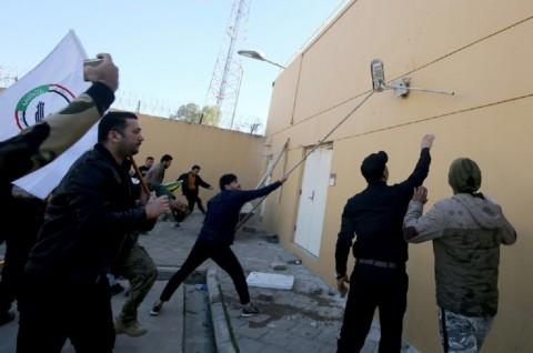 Demonstran Serang Kedubes AS di Irak
