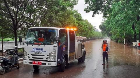 Banjir di Jaksel, Petugas Alihkan Kendaraan Masuk Tol