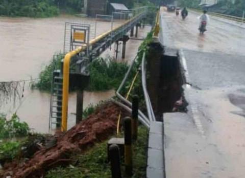 Dinding Jembatan Gading Serpong Ambrol
