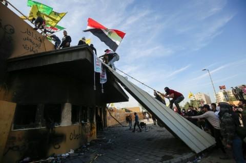 Pedemo Irak Mundur dari Kedubes AS di Baghdad