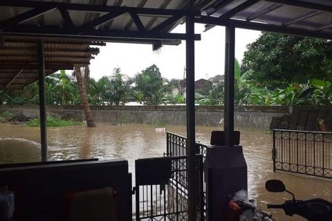 Rano Karno Bantu Evakuasi Aminah Cendrakasih dari Banjir