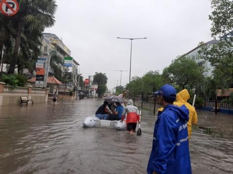 Polisi dan TNI Jaga Rumah Pengungsi Banjir