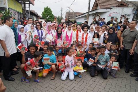 Ibu Negara Berikan Bantuan Banjir di Tangerang