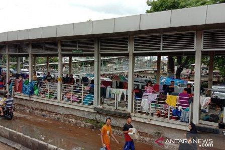 Ratusan Korban Banjir Masih Menempati Halte Transjakarta