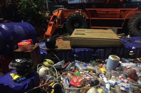 Sampah Helm Hingga Sofa di Pintu Air Manggarai Capai 50 Truk